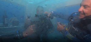 genieten van een glaasje wijn onderwater
